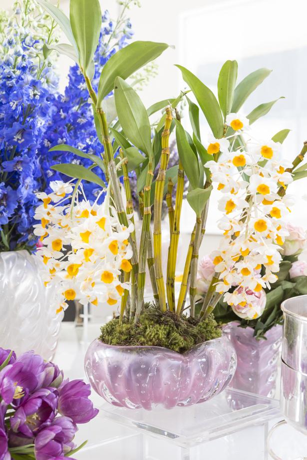 mesa decorada com muranos e orquídeas