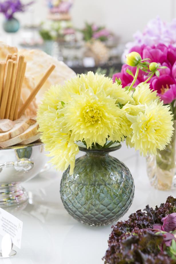 flores amarelas em vaso verde