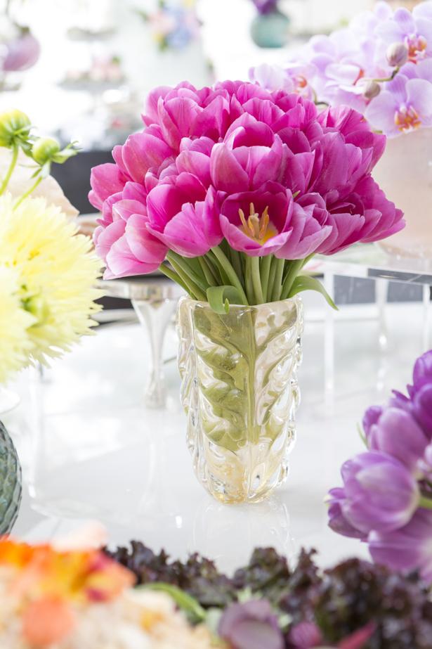 flores em muranos para decorar uma mesa buffet