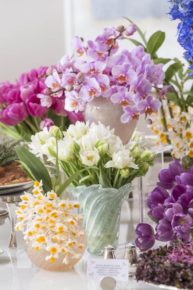 flores coloridas em vasos de murano