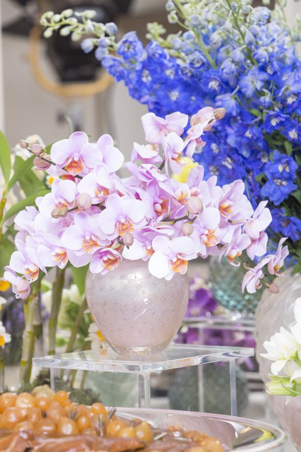 mesa decorada com vasos e orquídeas rosas