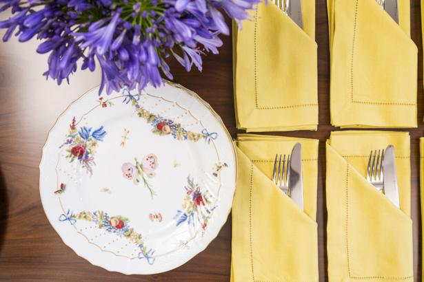 louça e guardanapos em mesa buffet