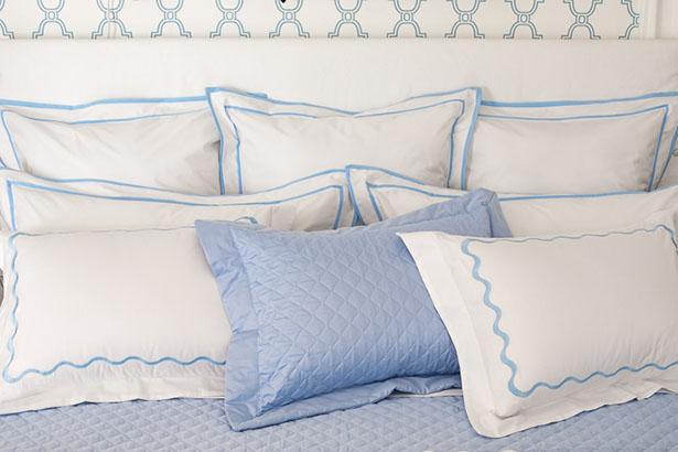 travesseiros brancos e azuis com bordados