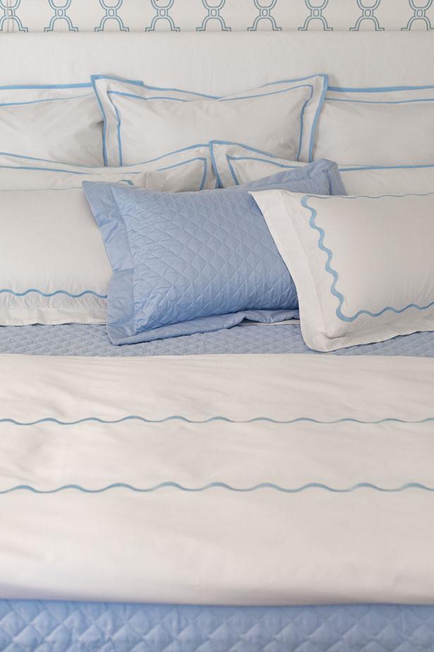 roupa de cama azul e branca