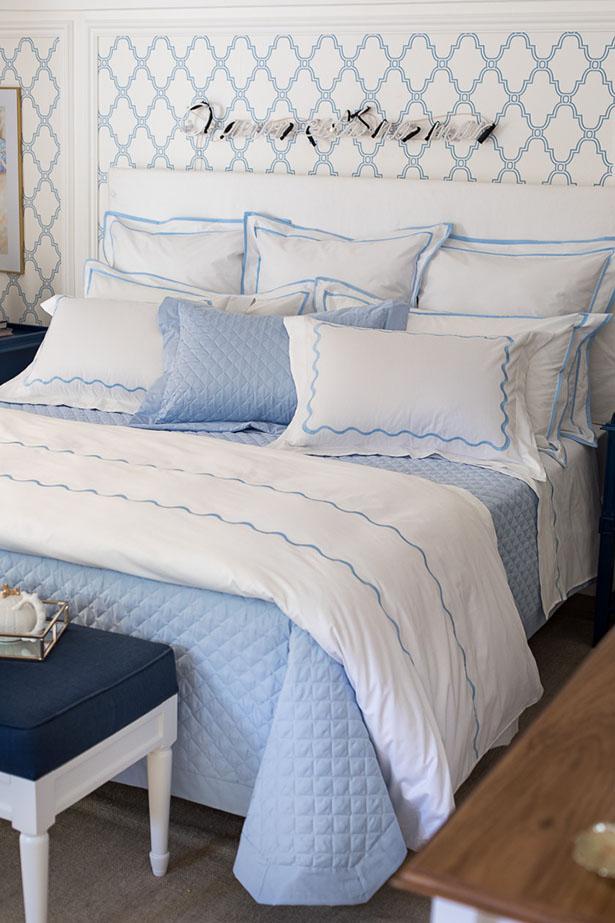 quarto decorado em azul e branco