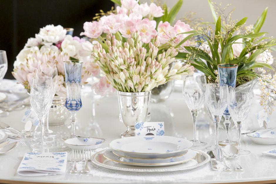 mesa posta com vasos de prata