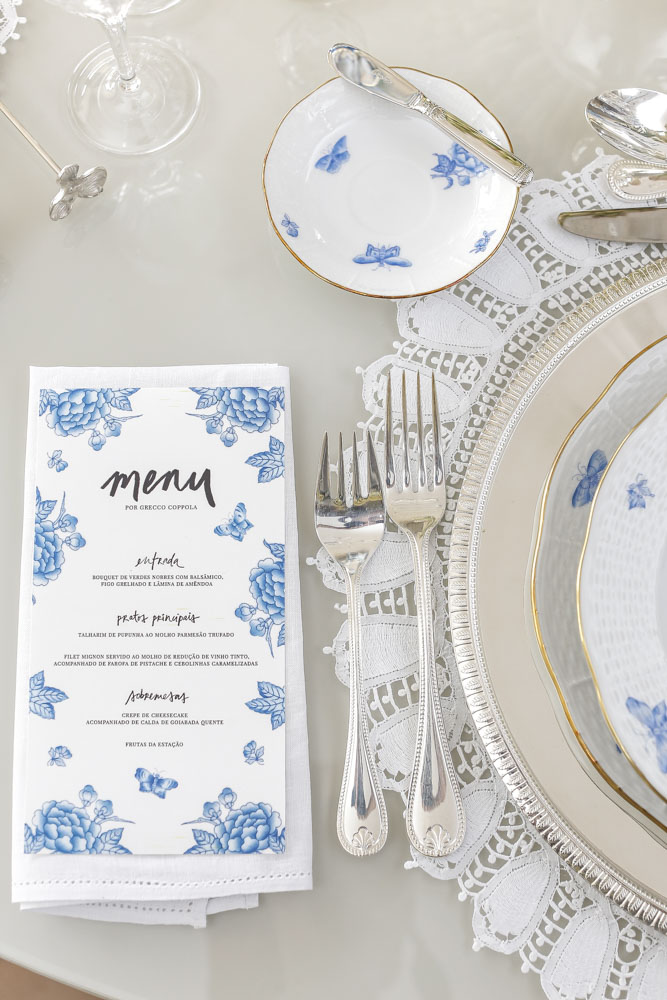 mesa posta para jantar em azul e branco