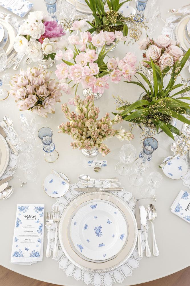 mesa de jantar decorada com tons de rosa azul claro e branco