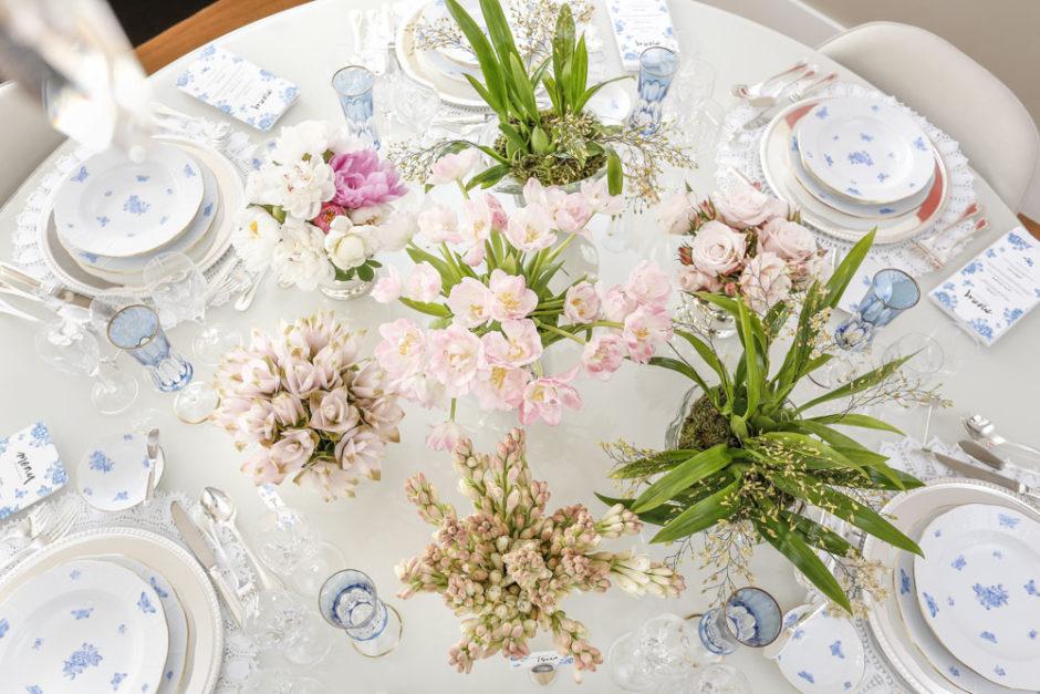 mesa de jantar com flores em tons de rosa