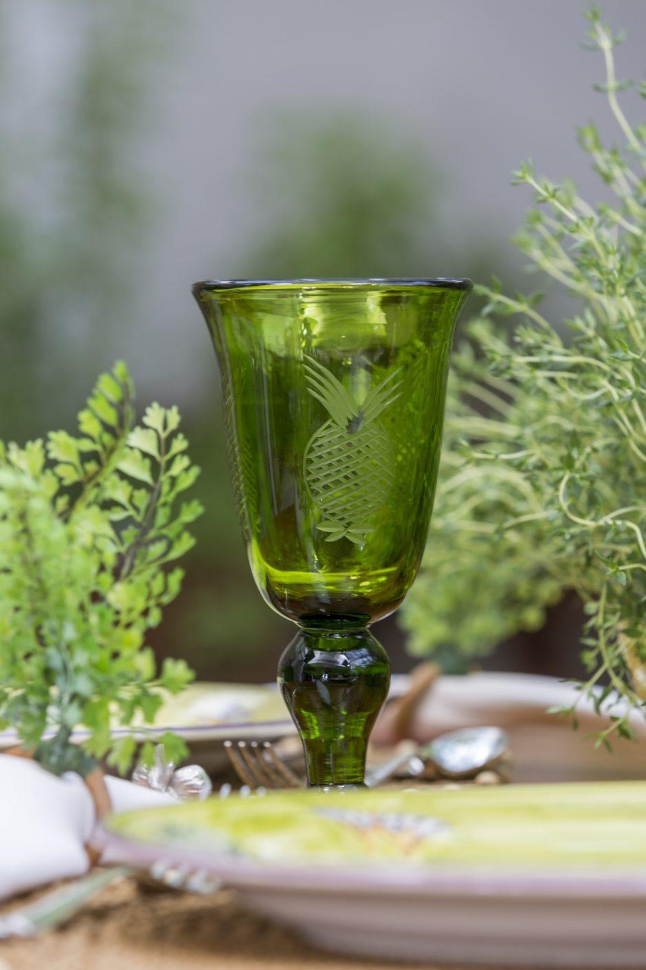 taça verde Tania Bulhões para mesa de verão