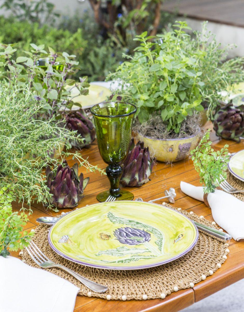mesa em verde, amarelo e lilás