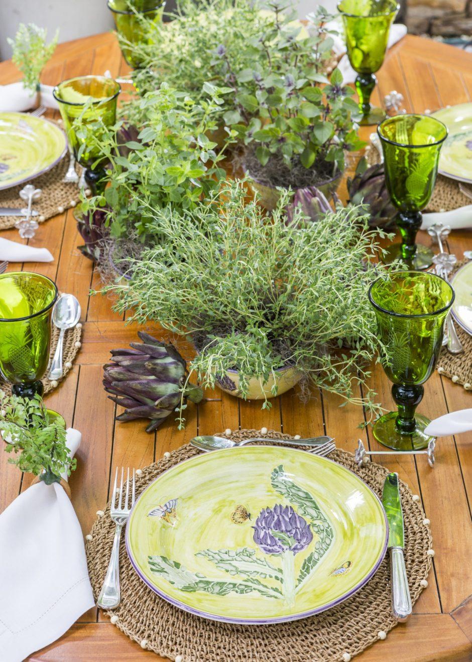 mesa para almoço de verão no jardim com bastante verde