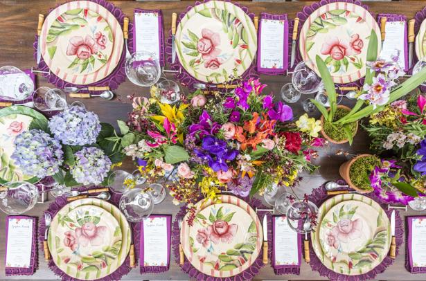 mesa posta para almoço com flores coloridas