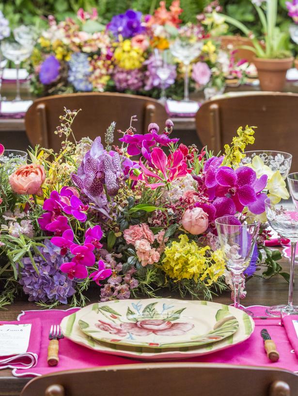 mesa posta colorida com arranjos para almoço Vestindo a Mesa