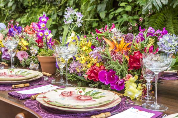 mesa posta colorida com arranjos florais exuberantes Milplantas