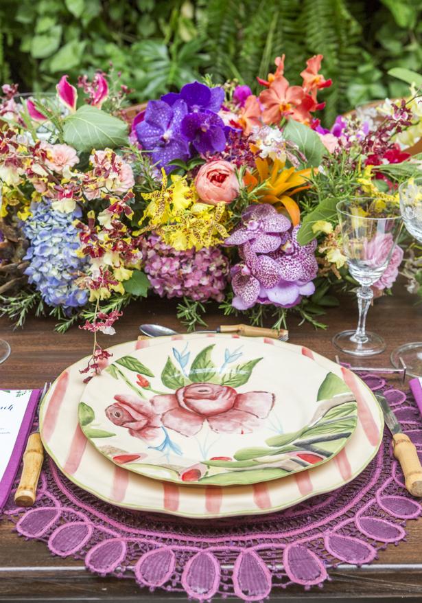 mesa posta em tons e lilás de amarelo com a louça Garden Rose