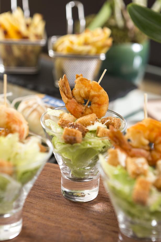 saladinha ceasar com stick de camarão e a salada caprese com chevre.