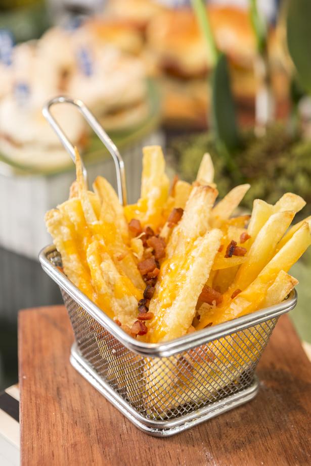 batata frita com bacon na cestinha A Banqueteira