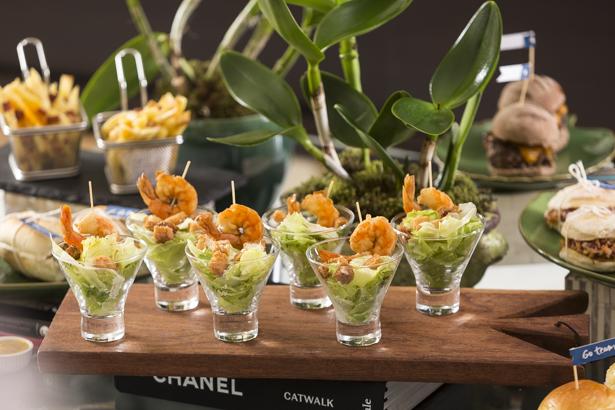 saladinha ceasar com stick de camarão e a salada caprese com chevre
