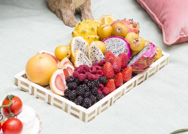 Bandeja de madrepérola com frutas variadas.