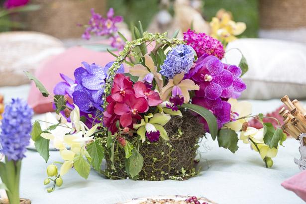 cesta de rattan com arranjo colorido para Páscoa