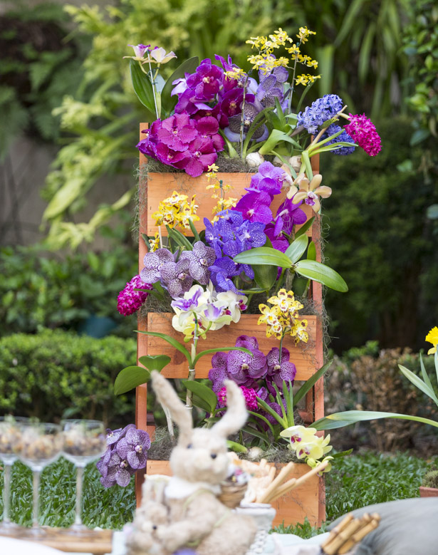 um arranjo com orquídeas e hyacinthusem escada de madeira daMilplantas.