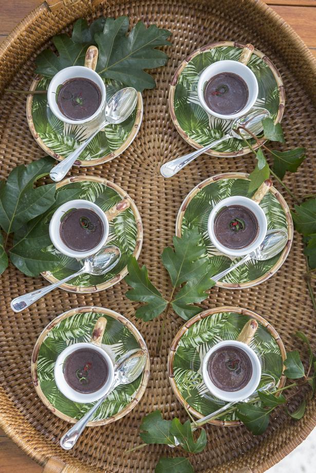 caldinho de feijão em xícaras da coleção Iporanga daCecilia Dale