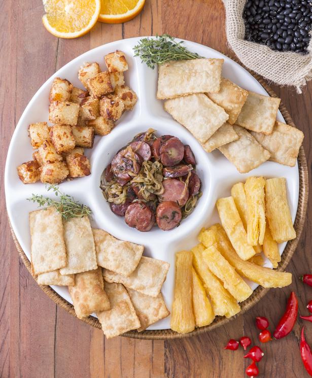 dadinhos de tapioca,linguiça frita,pastéis e uma porção deaipim frito