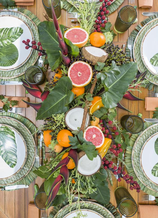 caminho de mesa feito por Marcinho Leme, da Milplantas, com base verde de alface ornamental; cipó; alecrim; e sissa.Marcinho também usou grapefruit;laranja bahia;coco; e helicônias.