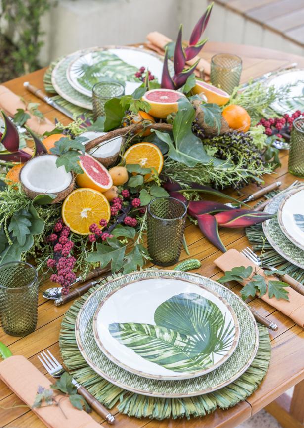 mesa posta para feijoada decorada com flores e frutas