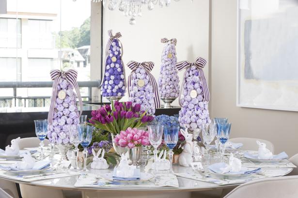 mesa clássica de Páscoa em branco, rosa, roxo, lilás e azul