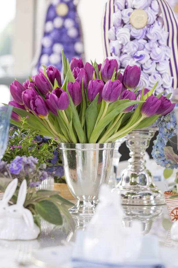 tulipas em vasos de prata mesa decorada para Páscoa