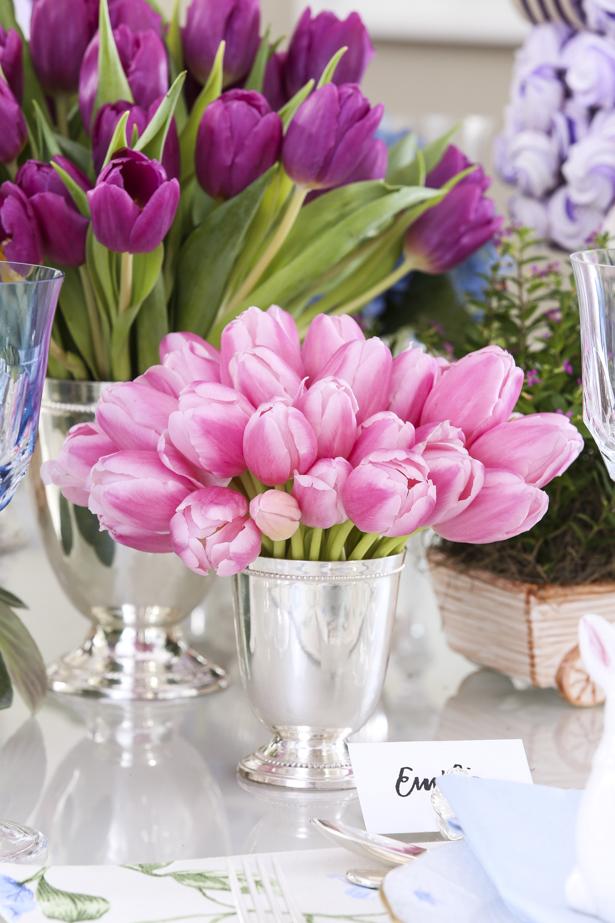 tulipas rosas em vaso de prata em mesa para almoço de Páscoa