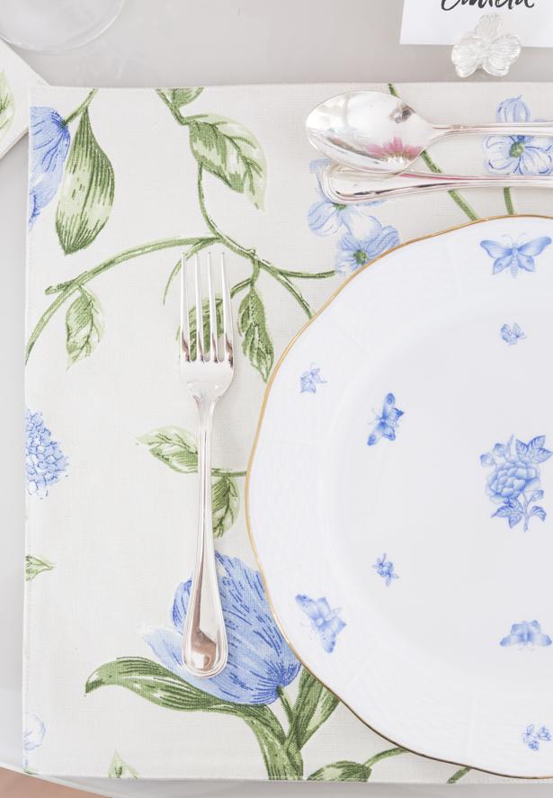 louça Herend em azul e branco e jogo americano floral