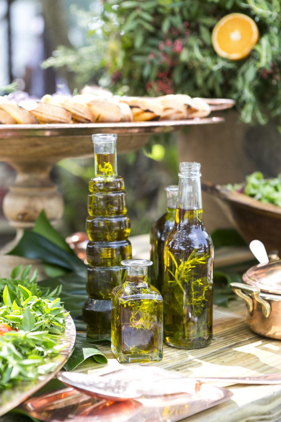 azeites temperados com ervas em garrafas de vidro