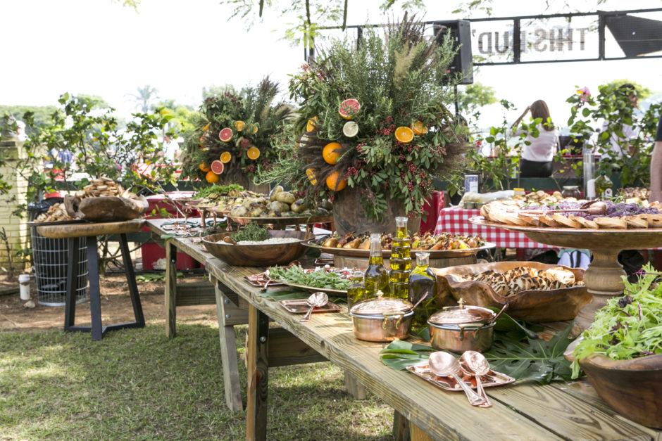 mesa buffet com saladas