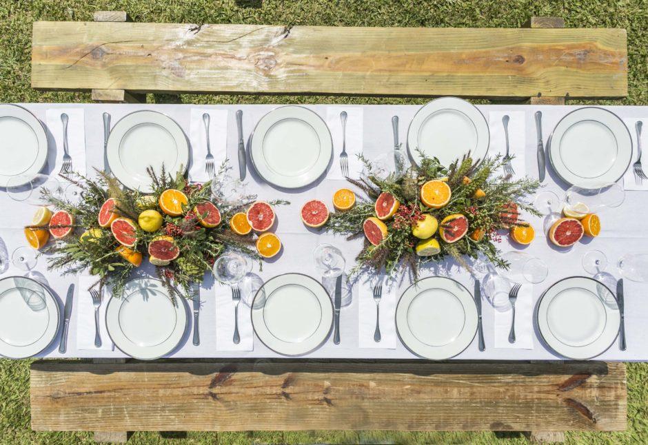 mesa posta com banco de madeira rústica para churrascada