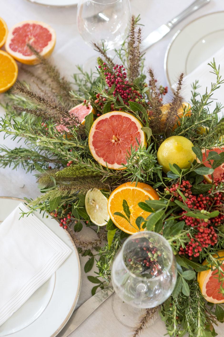 arranjo com flores e frutas para decorar mesa