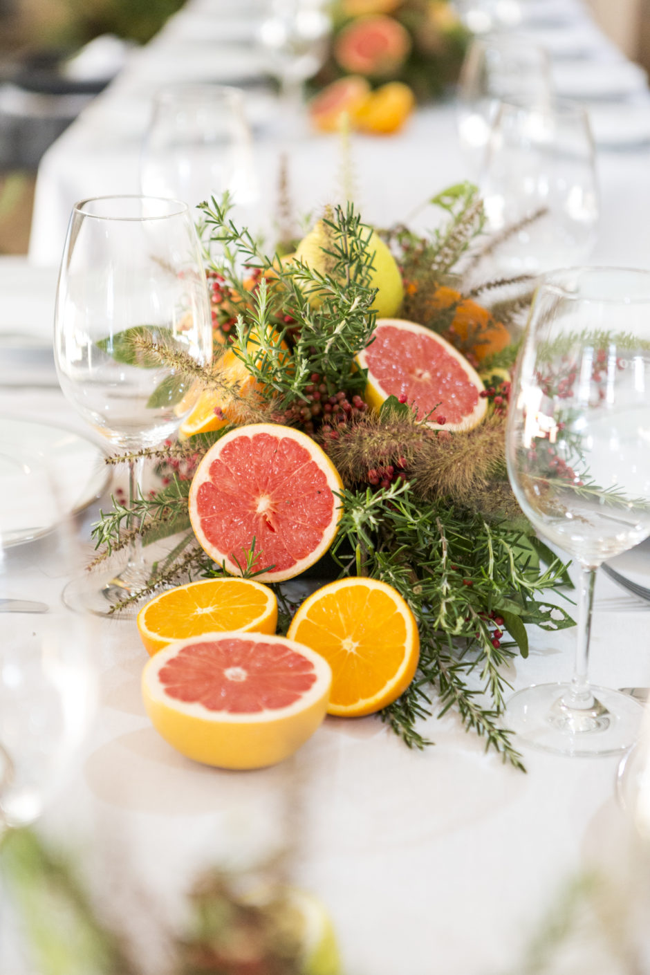 mesa posta com flores e frutas para servir churrasco de forma elegante