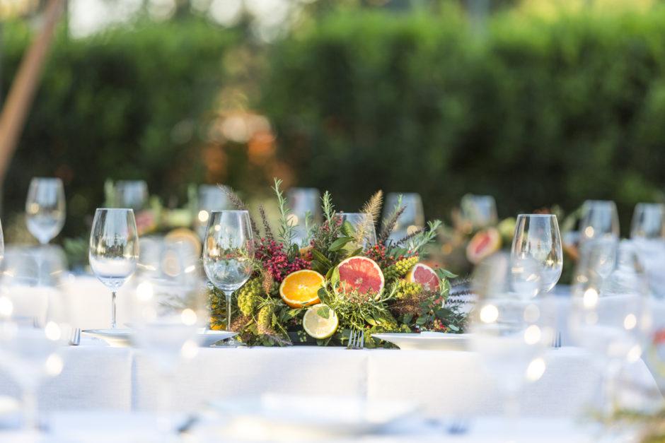 mesa posta com flores e frutas para servir churrasco de forma elegante milplantas