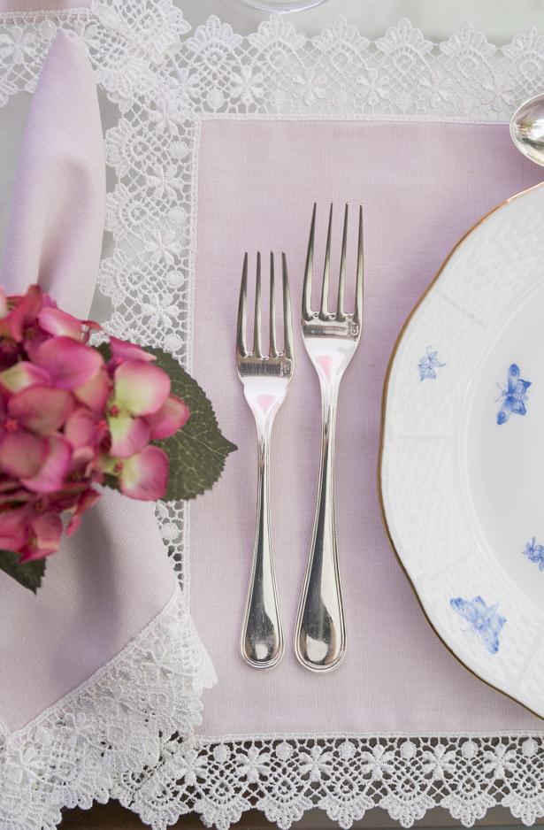 mesa posta com talher de prata dia das mães