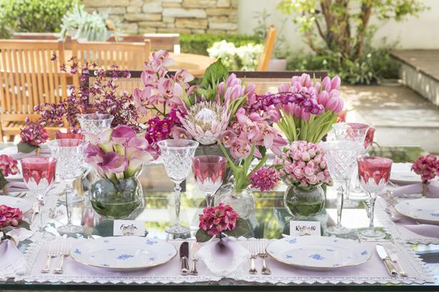 mesa posta com tons de rosa para o Dia das Mães