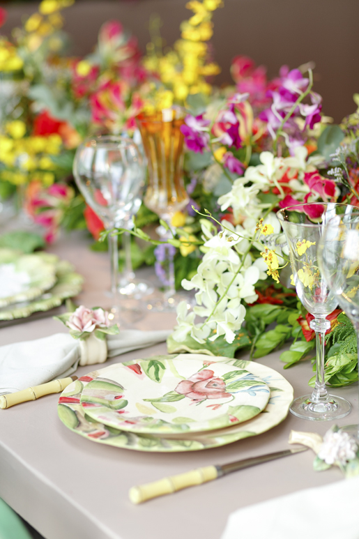 mesa posta para casamento com louças vestindo a mesa