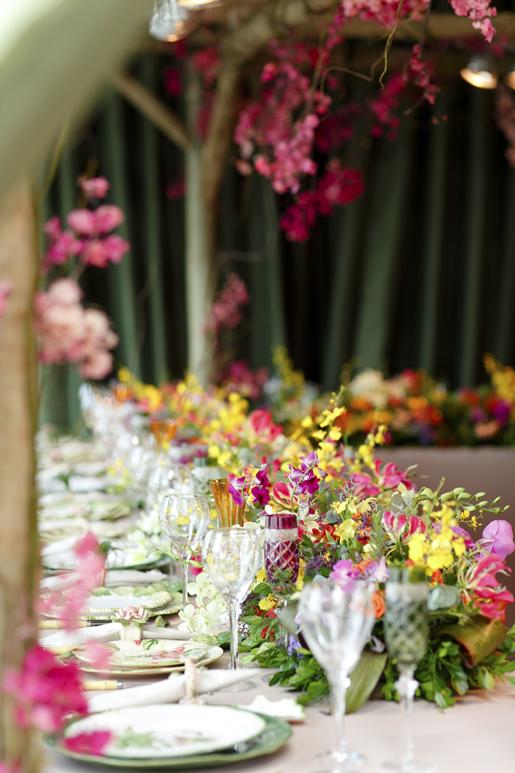 mesa posta com flores coloridas para noivas
