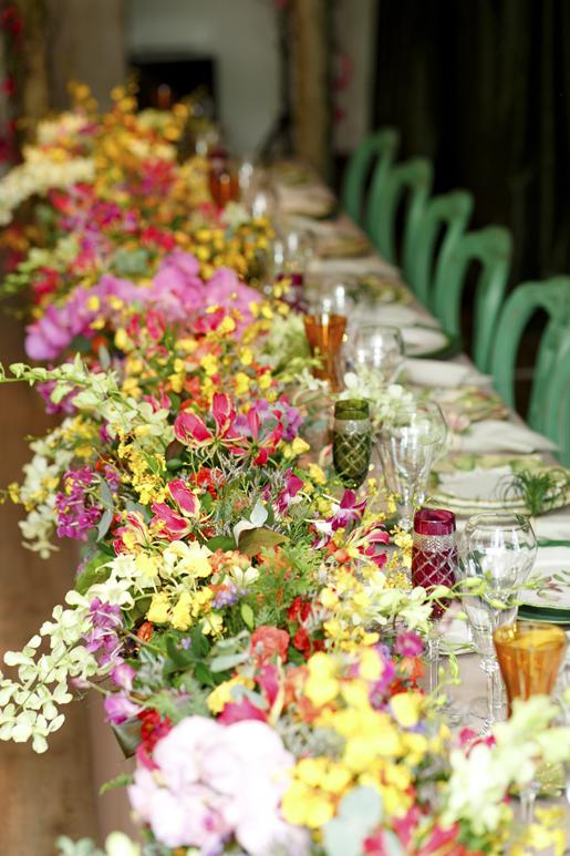 caminho de mesa com arranjo de flores coloridas vero festas