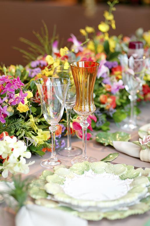 taças coloridas de cristal para decorar a mesa