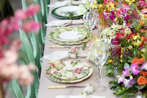 mesa posta com louças em verde e rosa para noivas