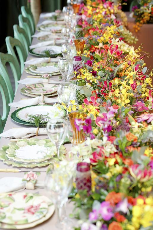 caminho de mesa com flores coloridas