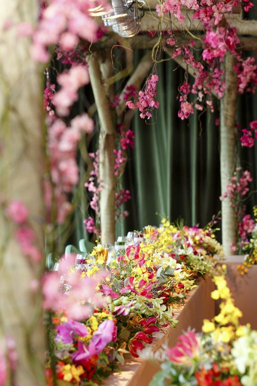 pergolado de madeira com flores para casamento