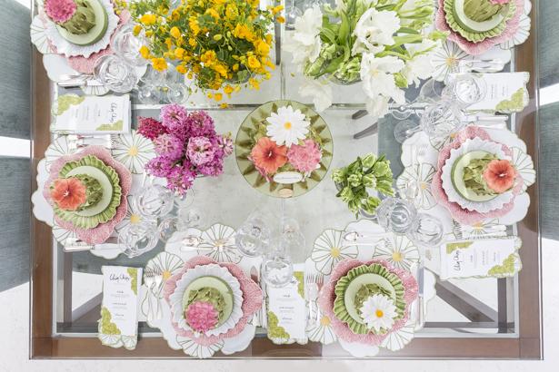 mesa de almoço colorida com flores